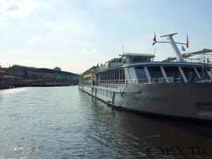Amsterdam Centraal und Flusskreuzfahrtschiff